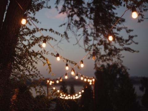 Гирлянды для двора: 6 идей для уличного освещения